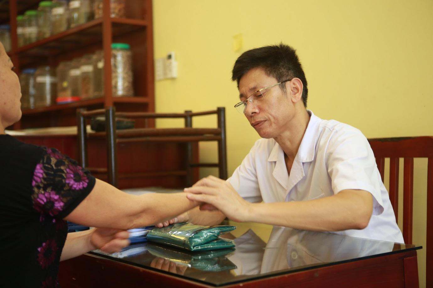Người miệt mài truyền bá hiệu quả chữa bệnh thần kì của cấy chỉ trong cộng đồng