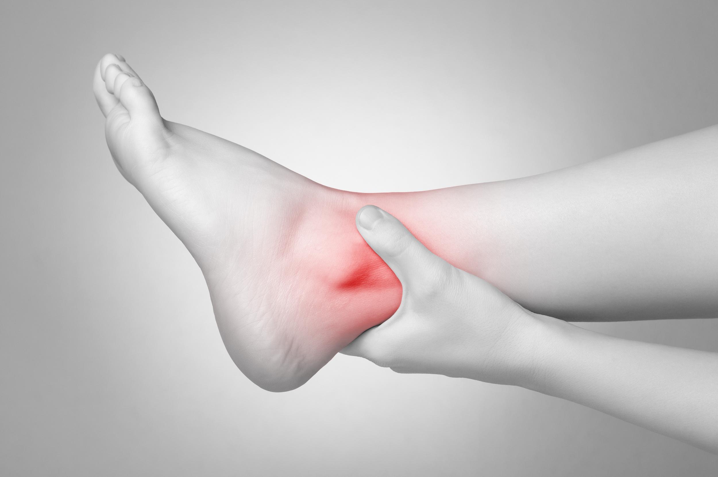 Biểu hiện và cách chữa trị đau khớp cổ chân