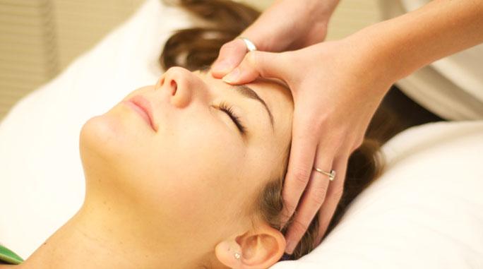 Xoa bóp bấm huyệt bên 2 thái dương là cách chữa đau đầu không dùng thuốc vô cùng hiệu quả