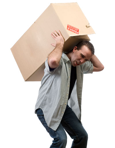 Mang vác nặng là nguyên nhân gây đau quanh khớp vai