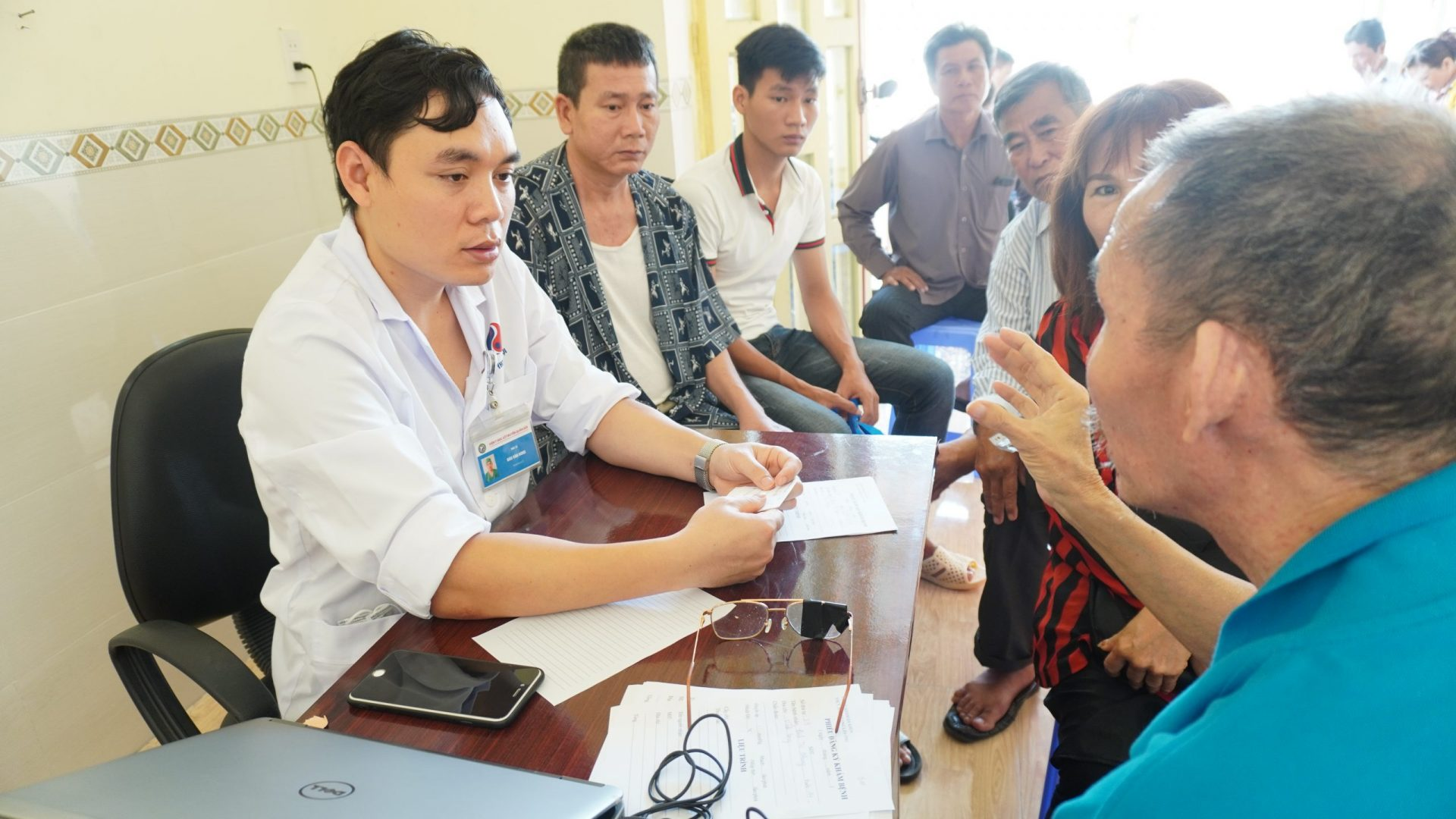 Bs Đào Văn Hùng đang khám bệnh cho bệnh nhân tại chi nhánh Cà Mau
