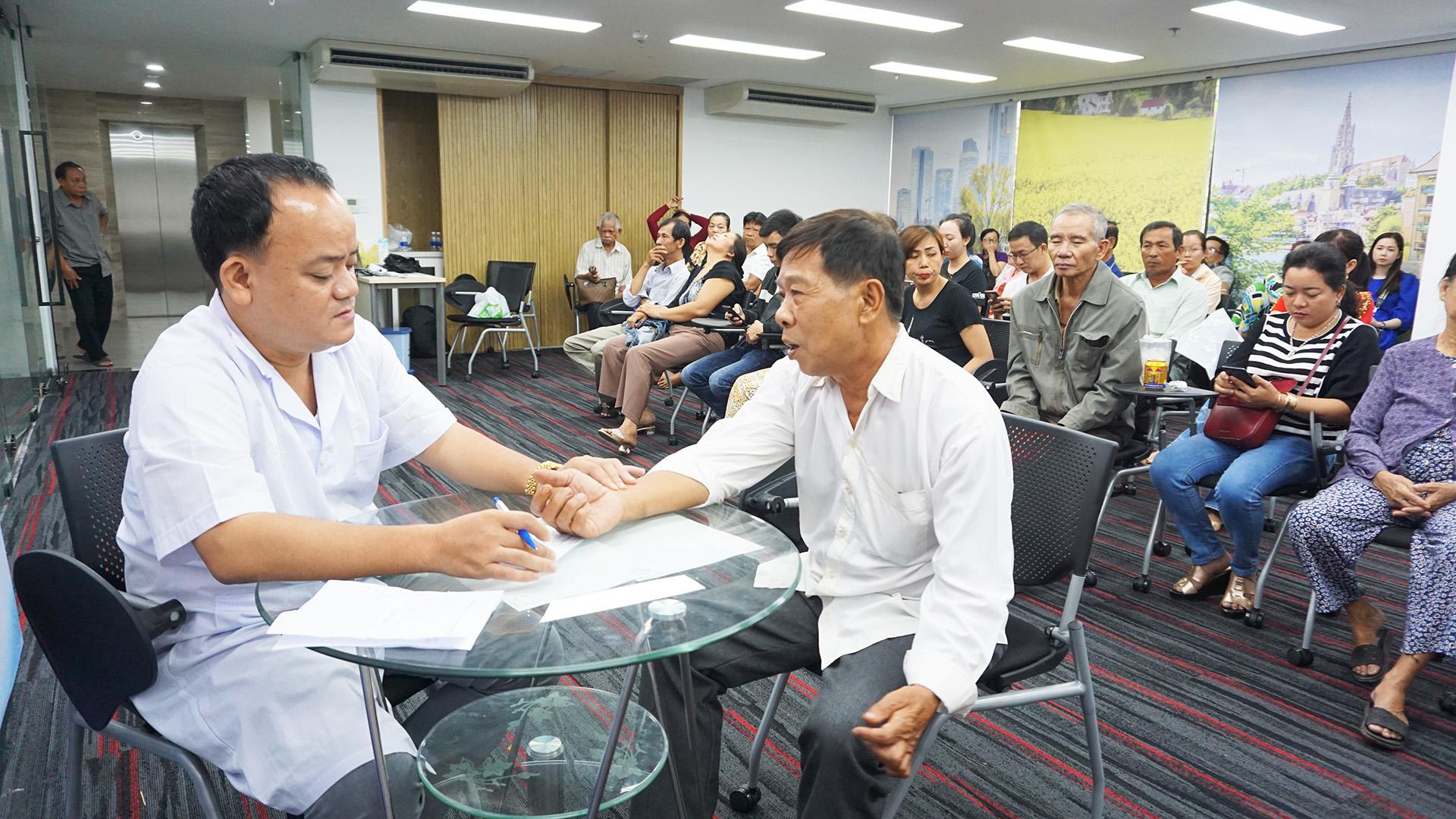 Thạc sĩ bác sĩ Phùng văn Bằng đang khám cho bệnh nhân tại chi nhánh TP HCM