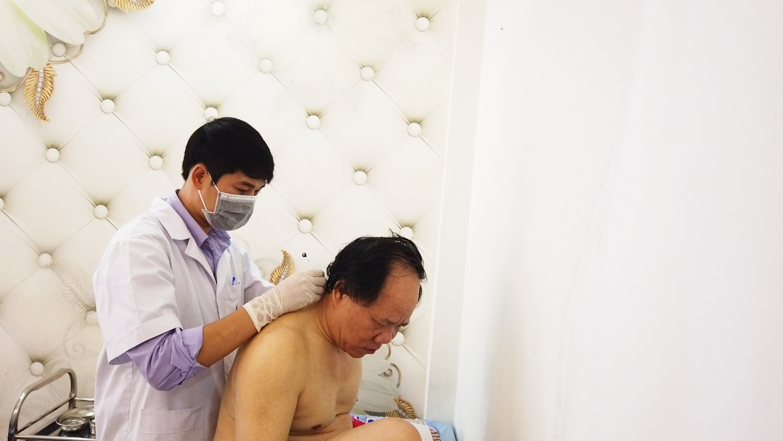 Bác sĩ chuyên khoa I Nguyễn Minh Phương đang cấy chỉ cho bệnh nhân tại chi nhánh Cần Thơ